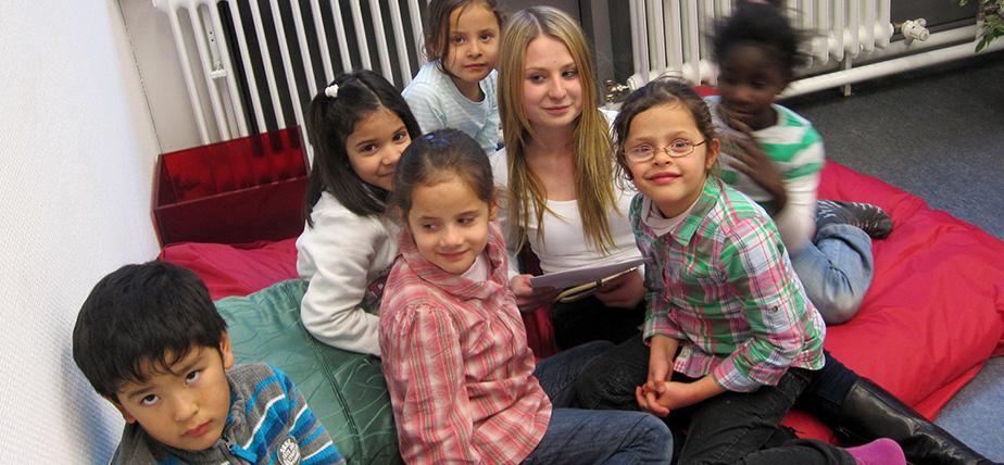 Versicherungs-Azubis lesen Grundschülern vor